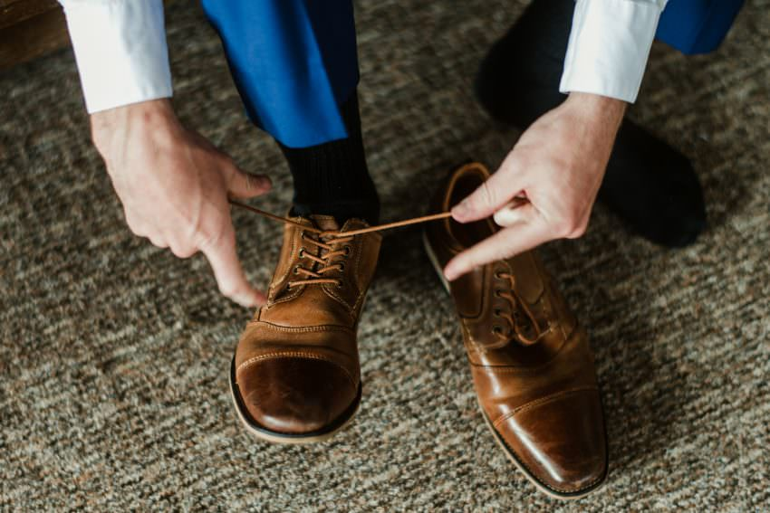 groom tie the shoes